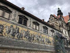 そして「君主の行列」が! マイセン陶器のタイルに描かれていて、110メートルもあるそうです。 外壁に描かれていて、観光客がたくさん集まる場所です。