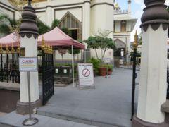 あっ・・・ メインのモスクには、入れないんだって。 こういう時期だから、仕方ないですね。