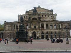 ツヴィンガー宮殿を出ると、豪華な建物が。 ゼンパー・オーパー、旧ドレスデン国立歌劇場です。 リヒャルト・ワーグナーが指揮者を務め、「タンホイザー」初演も行われた場所。