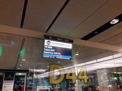 22時5分発の便ですが、シンガポールの空港は搭乗手続きが早く始まります。 ゲートに着いた時には、ほとんどの人がすませていました。 バンコクまで乗る予定なのに、なぜかまわりに日本人の割合の多いこと。