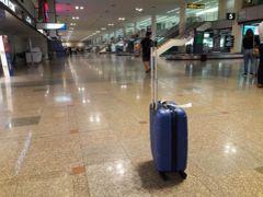 予定通り、バンコク・ドンムアンに到着。 そのまま成田に向かう人も、いったん機外へ出るようです。 ただ、そのままタイに「入国」する人は少なく、 預け荷物のターンテーブルも、数個しか流れてこない感じ。  急いで、出発フロアへ移動し、今度こそ帰国する便へと乗り換えます。  日が暮れるまでシンガポールに滞在して、 途中で乗換までしたのに、 翌朝帰ってこれるって、いいなぁ。。。