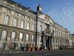 とても歴史のありそうな宮殿が建っていました。ここも外観を眺めるだけにしました。