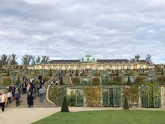 ここからの景色も素晴らしい。 教科書で見たことがあります。  ヨーロッパのお城の庭、整然としていて好きです。 庭園の整備が大変だろうな・・・。