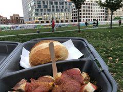 3つ目のミッションは、ベルリンの壁。 駅を降りたら、公園でカリーヴルストを食べます。 中がふわふわしたパンに、甘辛のソーセージ。 なんておいしい食べ物なんだ...。 ドイツ来てから、これしか食べてないのでは、ってくらい食べてる。 元気が出る食べ物(←絶対カロリー高い)。