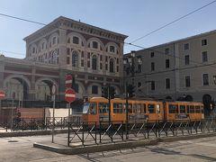 こちらは道路を挟んで向かいにあるトリノPorta Nuova駅舎ですー。オレンジの車輌はトリノ市内を縦横に走っているトラムですヨー。トリノの駅前はトラムのターミナルでもあるんですネー('ヮ' )