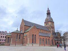 最初にやってきたのはリガ大聖堂。 旧市街の街並みと調和した厳かな外観です。