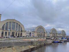 本当はブラックヘッド会館に隣接する占領博物館も見学したかったのですが、あいにく工事中だったので予定を切り上げて16時台のバスでエストニアのタリンへ行くことにしました。  まだ時間があったので、バスターミナル近くの中央市場へ。