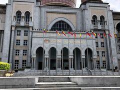 連邦裁判所  こちらも宮殿っぽい造りで 国の特色が良く出てますねー