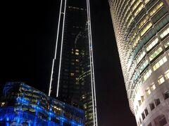 ペトロナスツインタワーがある KLCC駅から出てきたとこです。  高層ビルが圧巻! そしてとっても綺麗~!!