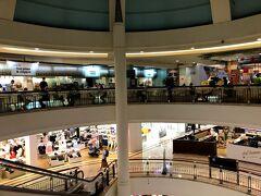 スリアKLCCという大きな ショッピングモールで ウィンドウショッピング開始です。  大きいから端から端までは 見ませんでしたが 色々なお店があって見るだけで 楽しかった~