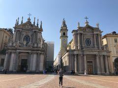 広場の入り口には二つの教会が双子のように建っていますー。 左側がサンタ・クリスティーナ教会(Chiesa di Santa Cristina)、右側がサン・カルロ・ボッロメオ教会(Chiesa di San Carlo Borromeo)ですー。 この旅行記を書くにあたってネットで調べてみたら、いずれも内装が素晴らしく、外から観るだけではなく、中も拝観すればよかったなーと激しく後悔ですー( i ワ i )