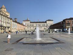 正面に見えるのが王宮ですー。現在のイタリアは共和国ですが、国が統一されたときは王制で、その最初の王となったサヴォイア王家の宮殿の一つがこちらになりますー。王宮があるくらいなので、トリノはかつてイタリアの首都だった時代もあるんですヨー。 前回来たときに王宮は見学しましたが、中はとても豪華なのに優美で、サヴォイア家のセンスの良さを感じる宮殿ですー。Pottyの推し宮殿の一つでもありますが、こちらも見学は明日に回して、本日の……いや、この旅一番の目的地に向かいたいと思いますー('ヮ' ) まずは画面左手の建物にある観光案内所へ行かねばー。