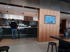 そして、香港国際空港でのお楽しみ、キャセイラウンジへ。 まずは『ザ・デッキ』。こちらはこじんまりとしたラウンジです。 『ヌードルバー』で注文してみました。