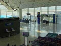 香港国際空港で最後の出国手続き。 短い時間での出国・入国・出国、忙しいですね。