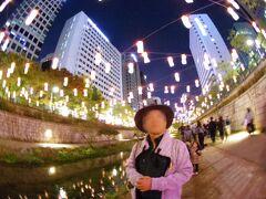 ホテルへの帰り道、清渓川でランタンフェスティバルをしていた。 夜の清渓川の散歩は気持ちいいが、ランタンがあると、魅力200%増し。 中国の民話やネズミーランドのキャラクター、旧ソウル駅などのランタンを楽しめた。
