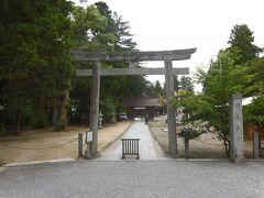 須佐神社(出雲市)の鳥居。 出雲国風土記に登場する古社で、オロチ退治で有名な須佐之男命(すさのをのみこと)をお祀りしています。鳥居の先に見えているのは随神門。