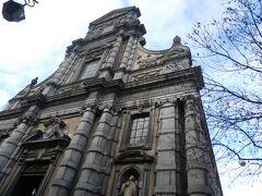 聖ルー教会前に着きました。中を少し覗いてみることにしました。
