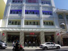 お部屋で少し休んでから早速街歩き。 この日は丁度ユニクロのベトナム第一号店がホーチミンに開店する日でした。 おっ!空いてる、入れる!と思ったらドンコイ通りのこちらは出口専用。
