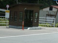 鹿賀駅(の代わりのバス停留所)なのですが、やはり、駅のあったところとは違う場所にあるようです。