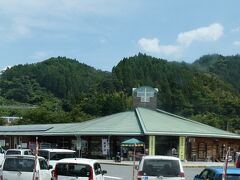 ちなみに、道の駅は車が多く停まり、結構賑わっておりました。  川本町に入って最初の駅、因原駅は、このバスは通りません、  と書こうと思っていたのですが、 後で検索すると、道の駅のそばにあったようです。 概ね、この建物の「裏」だったようで。  ということで、ここでは位置情報で因原駅をチェックしています。  そして、江津駅を出てすぐのところからずっと走って、ときどき外れては戻ってきていた国道(261号線)とはここでお別れ。 国道261号線を走り続けると、最終的には広島市内まで行けるようです。
