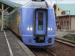 音威子府駅。 13時24分、特急「サロベツ1号」がやって来ました。 4両編成でした。