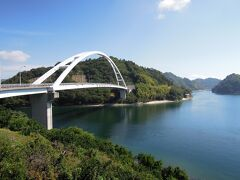 中の瀬戸大橋の白は、海の青とのコントラストで映えていた