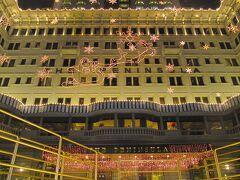 <九龍・尖沙咀> 香港と言えばビクトリア湾の夜景ですがうまく写真が撮れませんでした。その帰り道、一生泊まることのないであろうペニンシュラホテル。クリスマスの装いが可愛い!