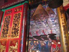 <香港島・上環>  香港島にスターフェリーで渡り上環へ。 ハリウッド通沿いにある香港最古クラスの文武廟。左右に廟が分かれています。