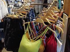 歩行者天国の道からの狭い路地にひしめき合ってるファッション街へ♪  これ、カワイイ^^ 3着買えば1着当たりがお得になっていくありがちなやつ。  お得品には目無いけど、、そんないらんなぁ。。んーーー。保留