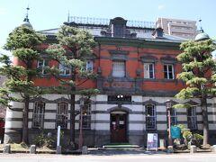 赤れんが郷土館は、国の重要文化財に指定されている旧秋田銀行本店本館(赤れんが館)と新館から構成され、昭和60年に秋田市立赤れんが郷土館として開館いたしました。このうち赤れんが館は2階建てのれんが造りで、明治42年着工し同45年に完成、外観はルネッサンス様式、内部はバロック様式という趣向をこらした華麗で重厚な建物です。木版画家の勝平得之記念館と鍛金家の関谷四郎記念館も併設し、作品を紹介しています。
