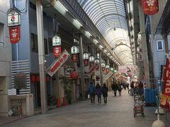●天神橋筋商店街  日本一長い商店街。 1丁目から6丁目まで全長約2.6km。 今いる場所は、2丁目になります。