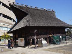●法円坂遺跡@NHK大阪界隈  そして、NHK大阪放送局前には、高床式の建物がありました。 5世紀頃、この辺りには、このような建物が沢山建てられていたそうです。 今とは全く地形や海岸線が異なりますが、「難波津」と呼ばれる港があったようで、物資の一大集散地として発達したようです。 中国や朝鮮と大和を結ぶ重要な場所だったようです。