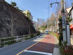 上中里駅前にある蝉坂という坂。