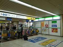 こんにちは。 ここは京成高砂駅、金町線との乗り換え改札口です。  無事友人と合流し、これから柴又へと向かいます。 金町線の線路、昔は下の線路でしたが何年か前から高架になっています。