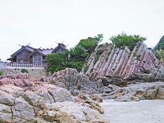 こんな柱状節理萌えの神社なんて、他では目にすることはできない。  V字型に千木を突き出す神明造りに被さる木造銅板葺の切妻屋根と、波に洗われて鋭角な角が浮きだつ柱状節理の妙なるコラボレーション!  これは、日本以外の他の国では絶対に見ることができない景色であり、岩と神社の対比がかっこよすぎる。