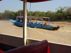 さて、出港です!こんな小型ボートが観光客が来るたびに出発していきます。