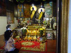 こちらは市内にある小さな寺院。地元のお寺さんですね。 数多くの方が参拝されてました。