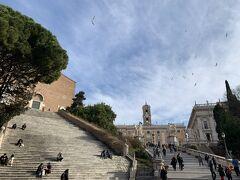 歩いてコロッセオを目指します。  右側のカンピドーリョ広場の階段を上りました。