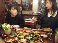 仁寺洞に昔からある精進料理「山村」(民族舞踊付き)でテーブル一杯の料理。 お客はたった2組だったのでほぼ貸切状態