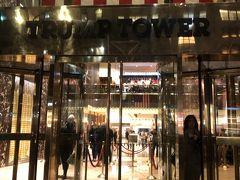 5thアベニューをセントラルパークの方向に歩けば・・・ トランプタワーもあります。 せっかくなので中に入ってみました。 入り口からゴールド!!