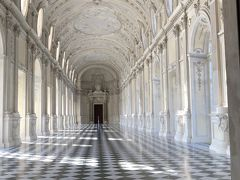 といわけで前編からの続きで、ヴェナリア宮殿から始まりますヨー('ヮ' ) 写真はPottyのお気に入りスポット、宮殿内にある大回廊【ガレリア・グランデ】ですー('ヮ' ) 宮殿内と庭園を満喫したので今度は宮殿裏手の別棟にある美術館【Regia Scuderia】に行ってみますネー。 あ、ちなみに前編はこちらからどうぞー! ↓   ↓   ↓ 『JGC修行④/夏のバカンスはイタリアで! Day2前編・麗しの離宮! 世界遺産ヴェナリア宮殿』 https://4travel.jp/travelogue/11608072