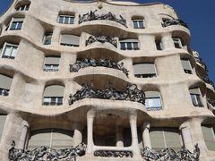 """さて、気を取り直して見学開始です。  カサ・ミラは、実業家のペレ・ミラと、その妻ルゼー・セギモンの邸宅兼賃貸住宅として建てられましたが、完成当初は、「高級街の街並みに似合わない」「醜悪」などと様々な批判に見舞われ、ファサードが石の塊りの様なデザインである事から、「石切り場」を意味する""""ラ・ペドレラ(La Pedrera)""""という不名誉なあだ名がつけられてしまったとか。 ま、今では愛称としてすっかり定着し、地元では""""La Pedrera""""の方が通じます(笑)  外観の波打つ曲線は地中海、ひとつひとつ異なるバルコニーの装飾は海藻を表現しているそうです。このバルコニーの手すりには、リサイクルした鉄くずが利用されているそうで、エコ精神溢れるガウディ健在ですね。"""