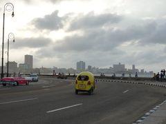 ピンクのクラシックカーと黄色のココタクシー。