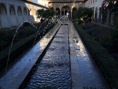 ヘネラリフェから見学を始めた。チノス坂を挟んでアルハンブラ城外の太陽の丘にある。「水の宮殿」と呼ばれ、シエラ・ネバダ山脈の雪解け水を利用した水路や噴水が設けられている。