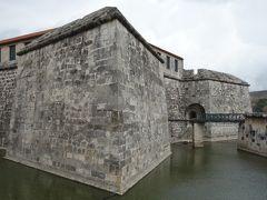 アルマス広場の北側はお堀に囲まれたフエルサ要塞。