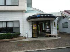 そして、粕淵駅は商工会館の一角に入っています。 今も、JRのマークを付けたままですね。 中も閉鎖などはされていないようです。