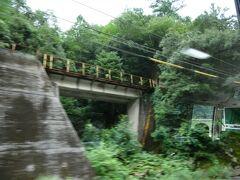 本当は、潮駅は通り過ぎてしまっています。 潮駅はバスの進行方向右側、江の川と道路の間に三江線の線路が走っているところにあります。 その後、三江線と道路が入れ替わるような形になり、三江線はちょっと高いところをところどころトンネルを通りながら進みます。 なので、同じような景色が何カ所かあります。  浜原駅と口羽駅の間は、昭和50年開業という、国鉄線の中ではむしろ新しい方といってもいい区間で、高架区間・トンネルがその両側の区間と比べ多く、速度も多少高くなっていました。 乗ったときには、それまで、山間部を、ときおり15km/hという、危険回避のそろーっとした走りを繰り返しつつの運行だったものが、浜原以降は多少力強い運行になったように感じたものでしたが。