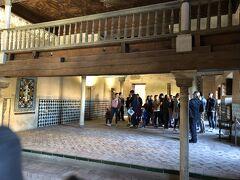 ナスル朝宮殿の入口に行くと、結構並んでいたがチケットを見せるとすぐ入場できた。小さな扉から中に入るとメスアールの間で、現存する王宮の中で最も古い部分。ここには王立裁判所が置かれ、裁きの間とも呼ばれる。キリスト教徒の征服後に礼拝堂が置かれた。