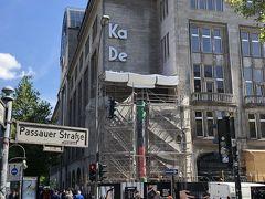 そしてこの日から全館オープンしたドイツで一番大きなデパートKaDeWe! 前日までは一階のみ開けてた。  沢山人は入って行ったけど特に入場制限は無く。 入口と出口はしっかり分けられていたけど。