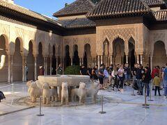 アラヤネスの中庭の隣に王族のプライベート空間であるライオン宮がある。中央のライオンの中庭には12頭のライオンの噴水がある。
